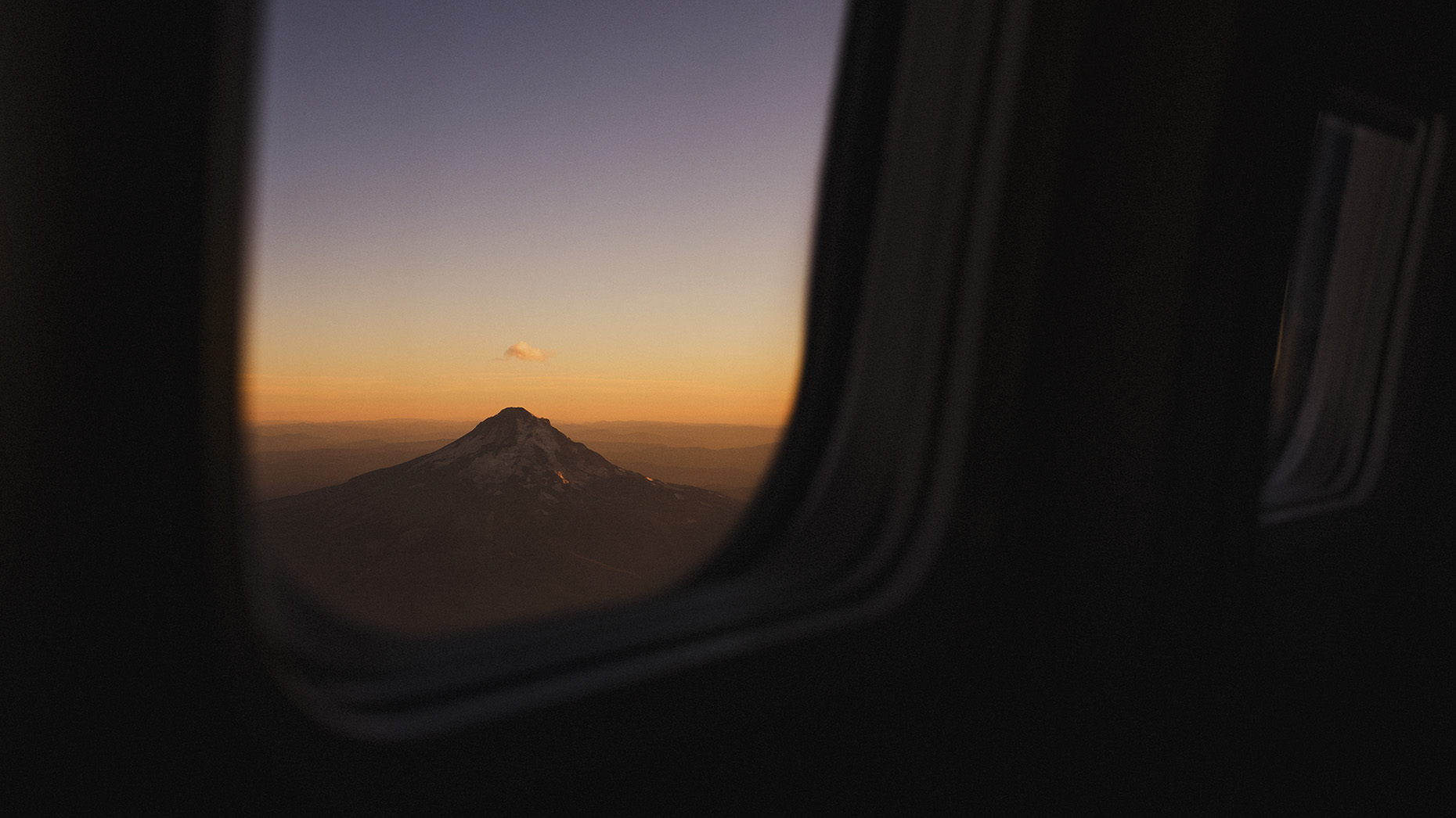 MT_HOOD_FROM_PLANE_L1004425_B_ONE_CLOUD_ONLY_16x9